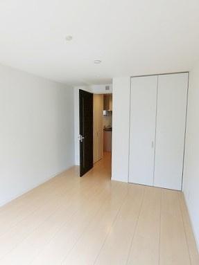 クローゼットのある南西向き洋室7.6帖のお部屋です!お洋服の多い方もお部屋が片付いて快適に過ごせますね♪