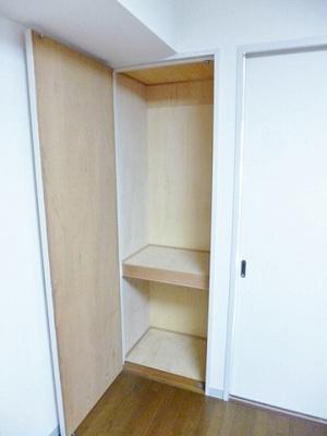 ダイニングキッチンにある収納スペースです!高さがある収納スペースでかさ張るお荷物もすっきり♪
