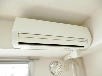 暑い夏や寒い冬に大活躍!洋室4.4帖のお部屋にあるエアコンです☆冷暖房完備で1年中快適に過ごせます♪