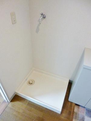 玄関にある室内洗濯機置き場です♪防水パンがあるので万が一の漏水にも安心!室内に置けるので洗濯機が傷みにくいのが嬉しいですよね☆