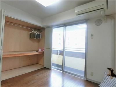 バルコニーに繋がる南西向き洋室4.4帖のお部屋です♪エアコン付きで1年中快適に過ごせますね☆