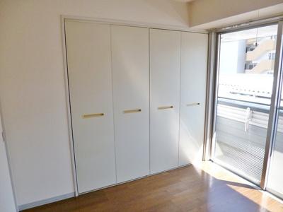 クローゼットのある南西向き洋室4.4帖のお部屋です!お洋服の多い方もお部屋が片付いて快適に過ごせますね♪