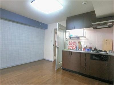 7.1帖ダイニングキッチンです♪広めのキッチンスペースで毎日楽しくお料理できますね!オシャレなアクセントクロスが魅力のお部屋です☆