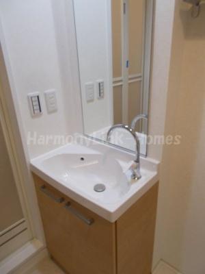 ソリッド東武練馬の独立洗面台、小物を置くことができて便利です☆
