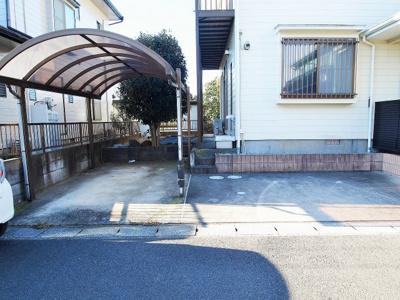 駐車場は1台カーポート付き、他2台駐車可能