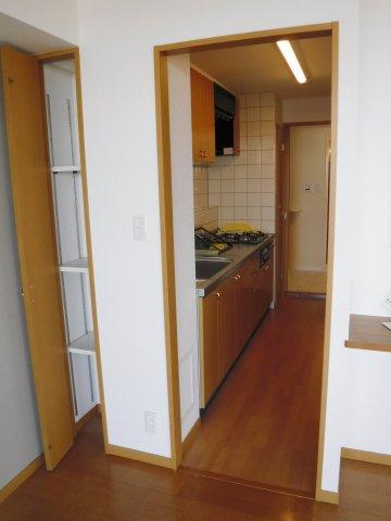キッチンも広々。3口コンロでお料理も楽々