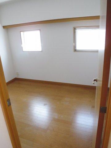 窓が2ヶ所にあるので明るい洋室です。