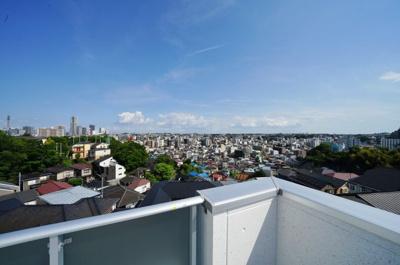 横浜の夜景を一望できます。開放感いっぱいの眺望が魅力です。
