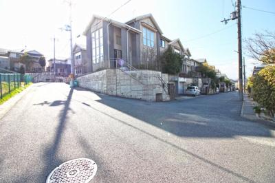 角地で開放的なシチュエーション!前道は7m×6mで広々としており、交通量も少ない閑静な住宅街です。