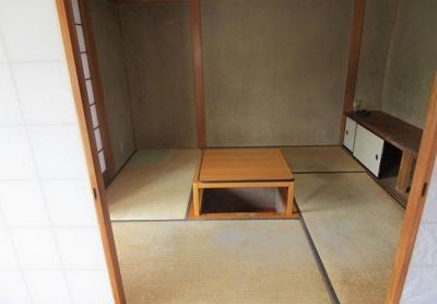 リビング隣接の和室には掘ごたつが設置されています♪