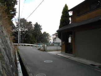 前面道路も広く、駐車が楽々です。 2台駐車可能。1台はシャッター付きガレージです。