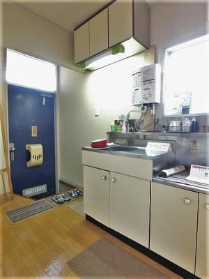 2.9帖のキッチンスペースです♪換気のできる窓付きでお料理の匂いもこもりません!
