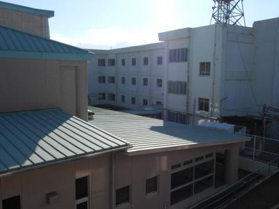 東側は、裾野東小学校です。