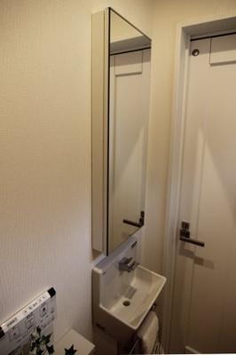 独立洗面化粧台が付いています♪コンパクトで使いやすいトイレです!当社施工例です!