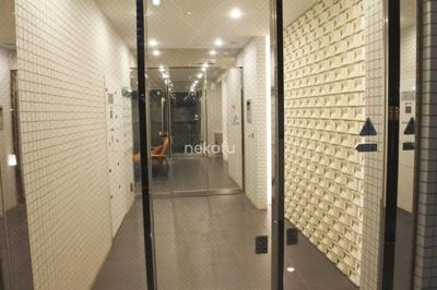 サウンドプルーフ中目黒:入口からハイセンスな建物
