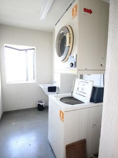 共用の洗濯機・乾燥機があります♪