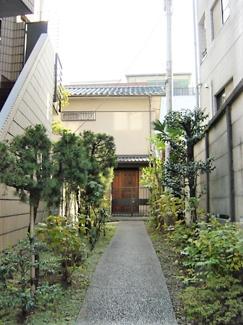 アプローチ H House (表参道賃貸一戸建て)