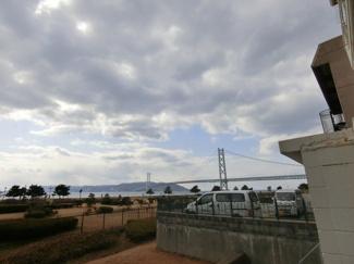 明石海峡大橋 淡路島が物件からは望みます 写真は1階の敷地ガレージ部から撮影