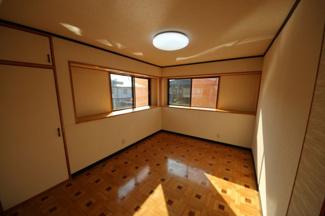 ダイニングキッチン横にはリビング的な和室があります。