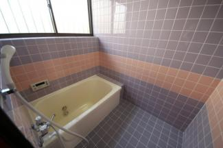 カーポート付きの駐車スペース、2017年7月改装、2台分に工事後の引き渡し予定