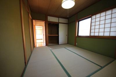 建物二階から前面道路、T字路のつきあたりになります。