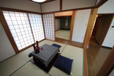 一階4.5帖和室と奥に8帖和室、一階に和室が二つあります。襖を外して広々空間にも可。