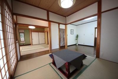 玄関吹き抜け別カット、開放的空間がやさしく出迎えます。階段のデザインに注目してください。