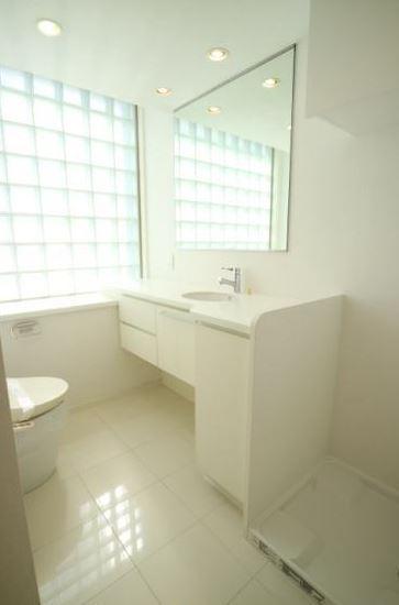 明るく清潔感のある洗面所