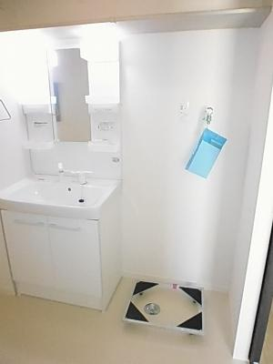 お掃除もラクラクなキャスター付きの洗濯機置き場です♪