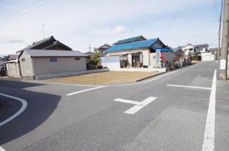 現地(2019年2月)撮影 前面道路は東側幅員約6.01mの公道と、南側幅員約6.02mの公道です。