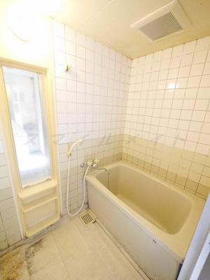 一日の疲れをとるタイル張りのバスルームです。