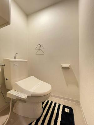 人気のシャワートイレ・バストイレ別です♪トイレが独立していると使いやすいですよね☆横にはタオルを掛けられるハンガーもあります☆