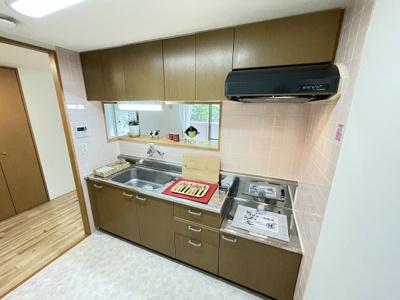 ガスコンロ設置可能のキッチンです☆場所を取るお鍋やお皿もたっぷり収納できてお料理がはかどります♪
