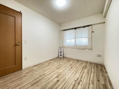玄関から入って左側にある、洋室6帖のお部屋です♪子供部屋や書斎・寝室など多用途に使えそうですね☆
