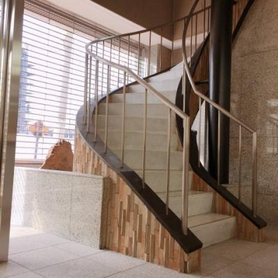 1F玄関横ラセン階段