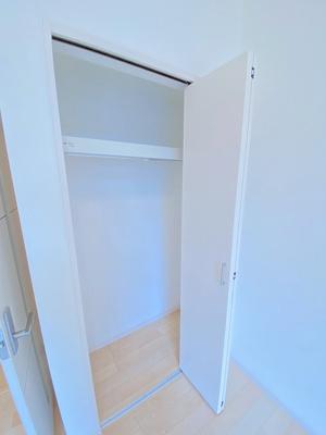 洋室6.2帖のお部屋にあるクローゼットです♪お気に入りのお洋服もすっきりキレイに収納できちゃいます!