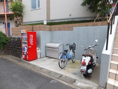敷地内にごみ置き場・駐輪場を完備しています!荷物が重いときに自転車があれば助かりますね!