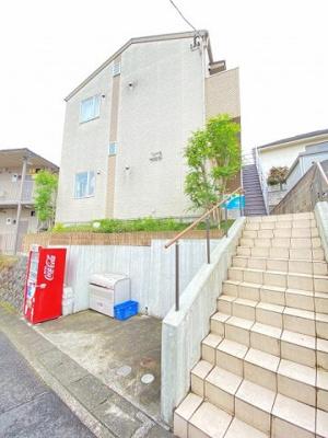 小田急線「百合ヶ丘」駅より徒歩4分!閑静な住宅地にある2階建てアパートです♪通勤通学はもちろん、お買い物やお出かけにもGood☆