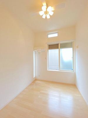 洋室6.2帖のお部屋です♪エアコン付きで1年中快適に過ごせますね☆フローリングなのでお掃除もカンタンです!