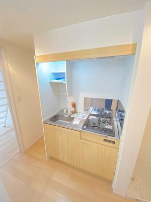2口ガスコンロ付きのキッチンです!場所を取るお鍋やお皿もすっきり収納できます♪自炊生活で楽しく健康に!