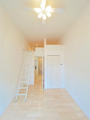 クローゼットとロフトスペースのある洋室6.2帖のお部屋です!お洋服の多い方もお部屋が片付いて快適に過ごせますね♪