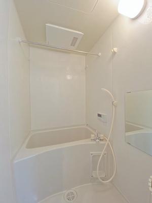 追い焚き機能・浴室暖房乾燥機付きバスルーム♪物干しバーも付いているので雨の日のお洗濯も安心ですね☆