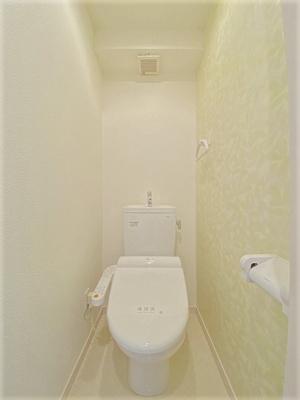 人気のシャワートイレ・バストイレ別です♪シャワートイレ必須という方も安心ですよね♪横にはタオルを掛けられるハンガーもあります♪