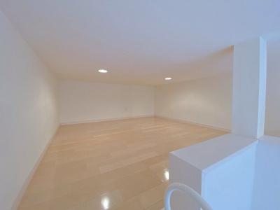 洋室6.2帖のお部屋にある4.3帖のロフトスペースです!ロフトスペースはベッドや収納スペースとしても使えて便利です☆