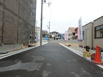 【現地写真】前面道路写真♪ 約4.7mありますので、全住戸、駐車もラクラク♪