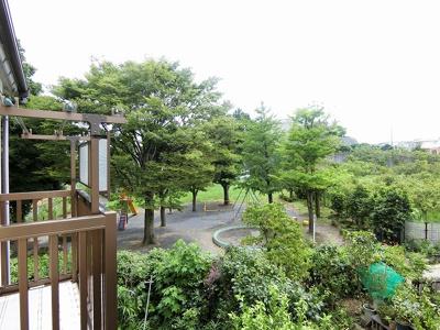 バルコニーからの眺望です♪緑豊かで周りに視界を遮る建物がないので景色がよく見渡せます!
