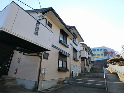 閑静な住宅地にある2階建てアパートです♪小学校や中学校・幼稚園が近くてお子様のいるファミリーさんには嬉しい立地です☆