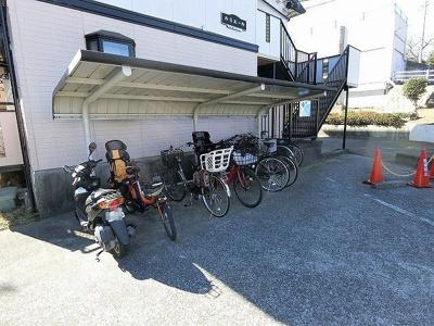 屋根付きの駐輪場で雨が降っても大切な自転車が濡れなくてすみます♪自転車はちょっとした移動手段に便利ですよね!
