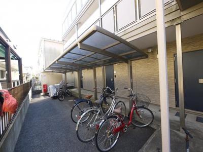 屋根付き駐輪場があります