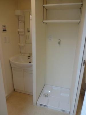 小林ビル 忙しい朝に嬉しい独立洗面台があります!洗濯機置き場は室内(洗面所)にございます!